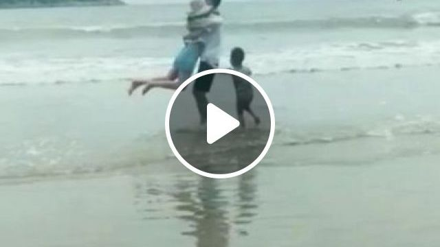 Happy family in  beach tour - Funny Videos - funnylax.com - Nature & Travel,funny,beach, sea, travel, family