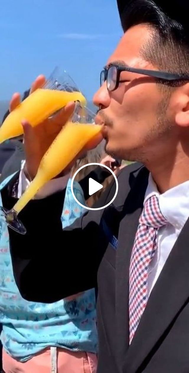 Summer Tourists Are Very Hot And Thirsty - Video & GIFs | nature & travel, tourists, summer travel, men and women fashion