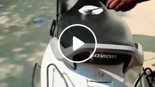 Summer Temperatures Are Very Hot, We Can Make Cakes On Motorcycles - Video & GIFs | science & technology, temperature, summer, baking on motorbikes, cake production technology