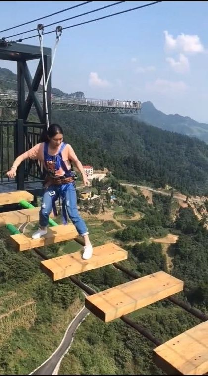 what's  camera person standing on - Funny Videos - funnylax.com - nature & travel,china travel,fashion clothes
