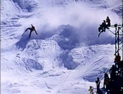 Skiing tourists try to cross snowy mountains